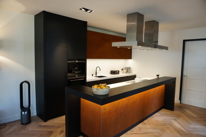 Moderne Keuken met doorlopende visgraat vloer (1)