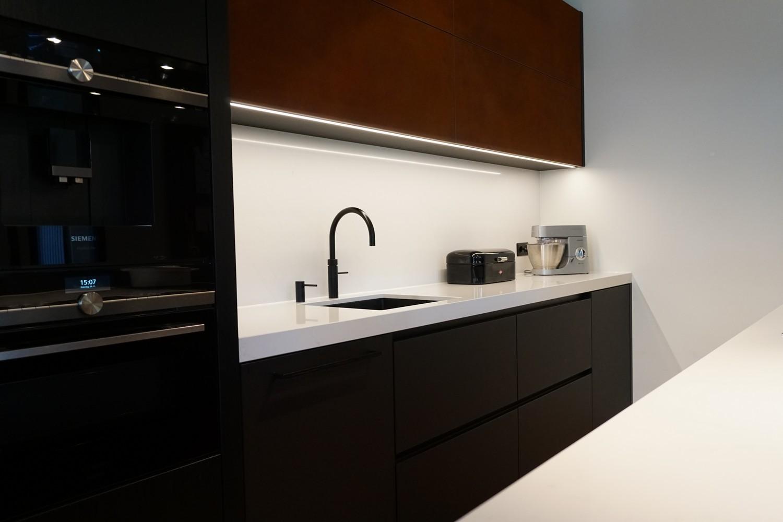Moderne Keuken met doorlopende visgraat vloer (2)