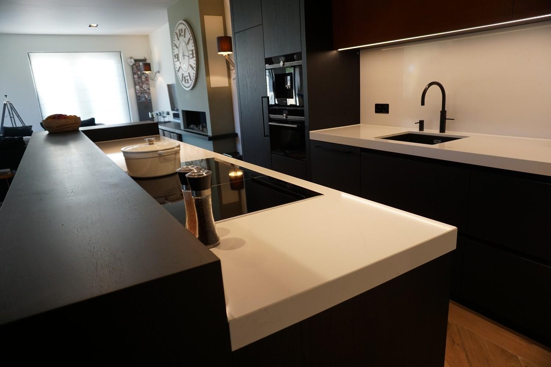 Moderne Keuken met doorlopende visgraat vloer (4)