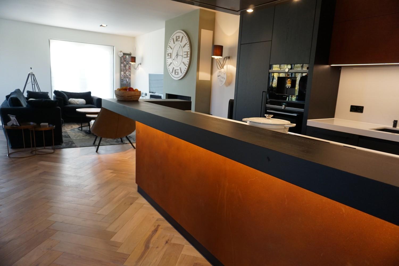 Moderne Keuken met doorlopende visgraat vloer (5)