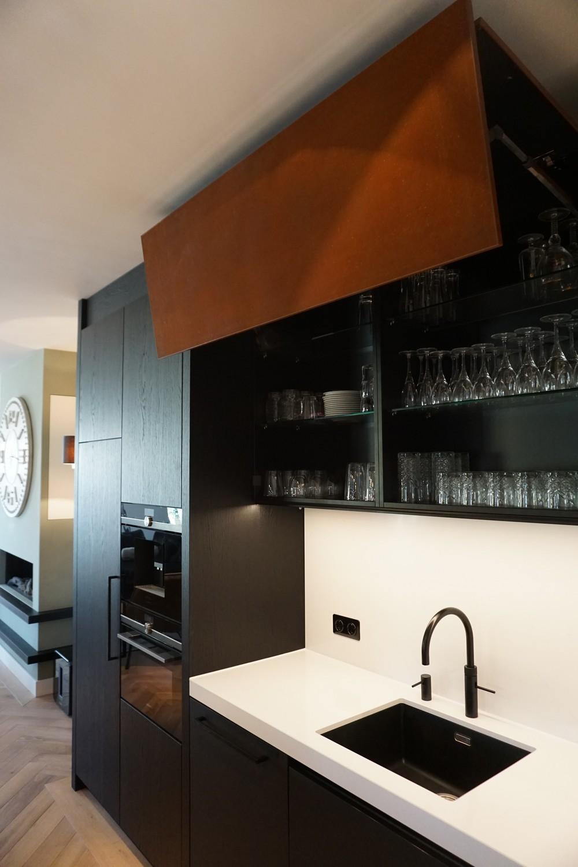 Moderne Keuken met doorlopende visgraat vloer (6)