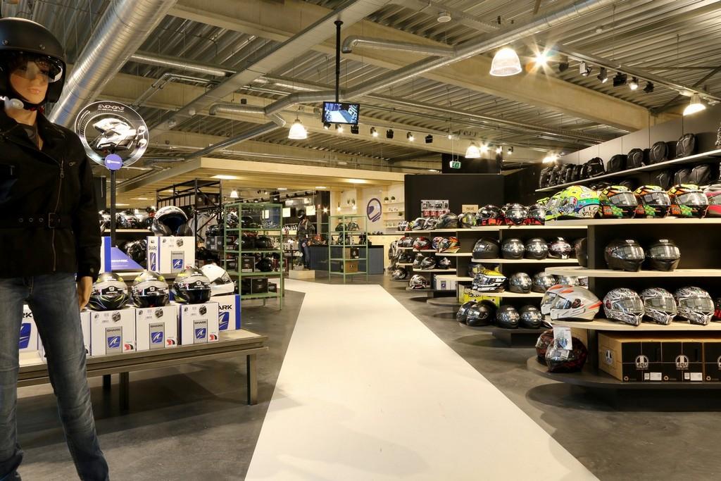 Motorkleding Center Tilburg – Design Meubelbouw 2000 – Retail interieurbouw (11)